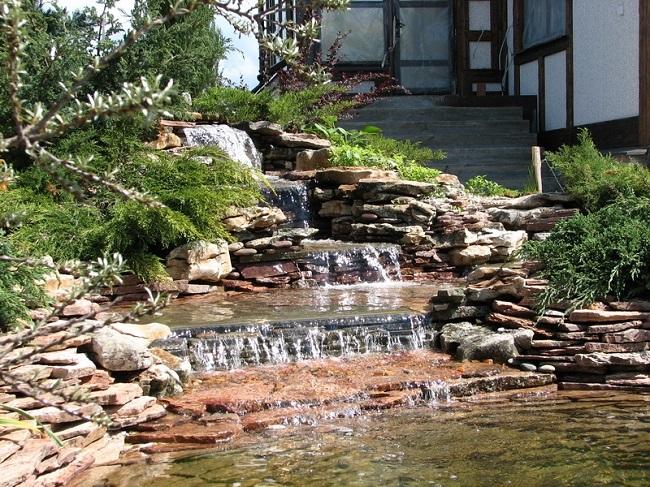 искусственный водопад на участке с перепадами