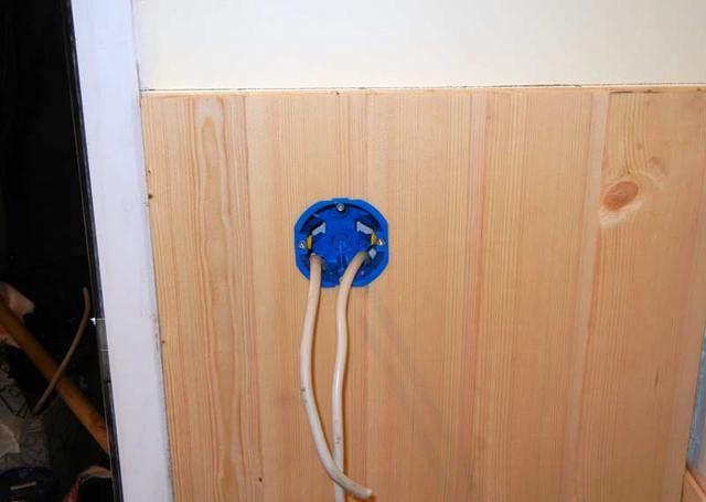 Сразу устанавливаются розетки, выключатели, выводятся провода под светильники